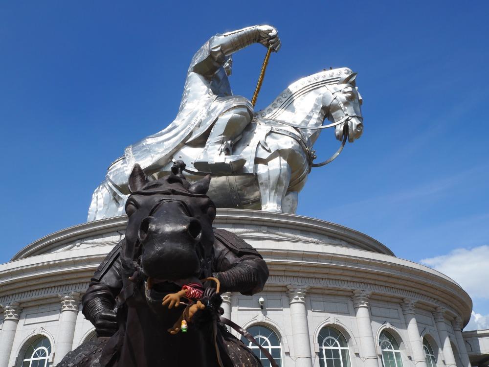 Imposante Denkmäler können sie aber in den 2000ern auch noch machen... He! Was soll das?