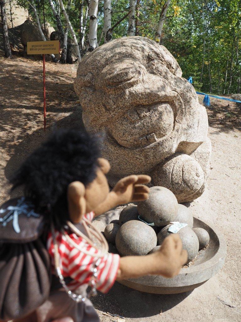 Und Steinhamster, denen man, wenn man es geschickt anstellt, die ein oder andere Steinnuss abluchsen kann.
