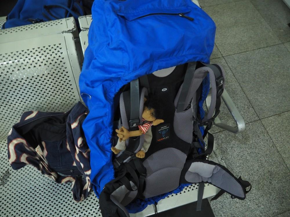 Puh. der Rucksack war diesmal auch ganz schön schwer... Ach... verwechselt! Meinen hab ich ja schon drauf.